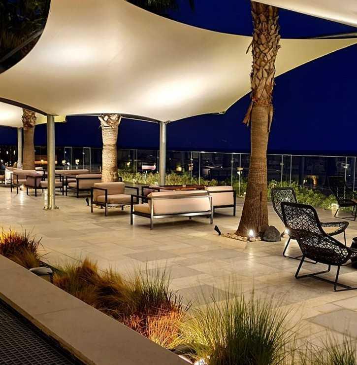 Voile d'ombrage architecturale dans un restaurant