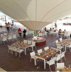 Voile d'ombrage sur la terrasse d'un restaurant
