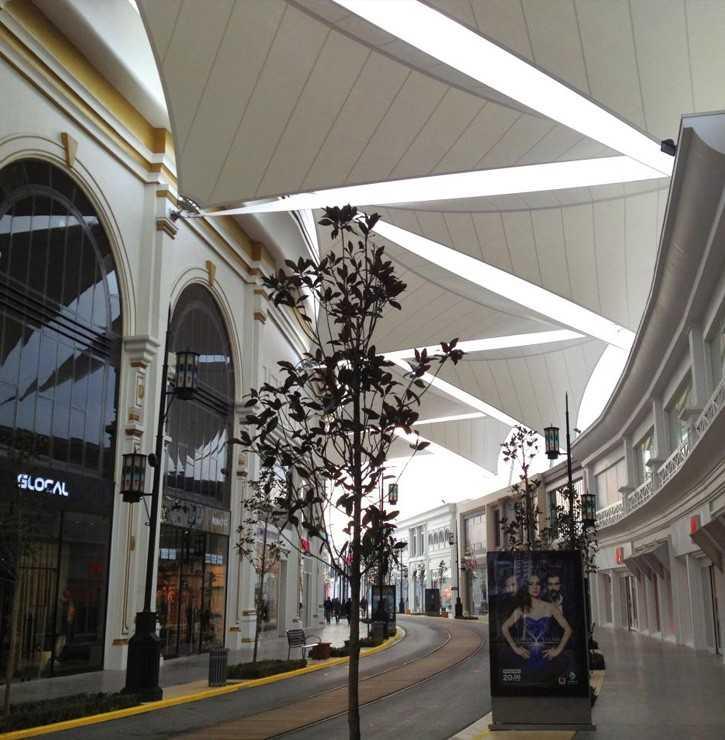 Voile d'ombrage dans un centre commercial