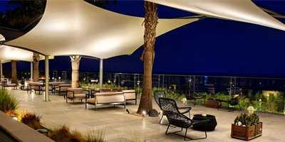 Voile d'ombrage architecturale dans un restaurant de luxe