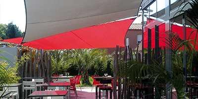 Voile d'ombrage rouge sur une terrasse