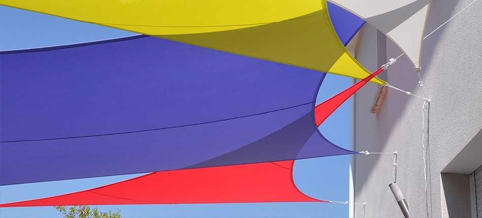 Tendance déco extérieure : la voile d'ombrage colorée